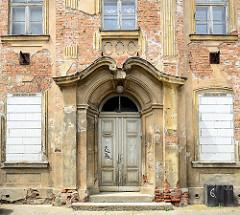 Eingangsportal der historischen Villa Finkenstein   in der Fischerstraße von Frankfurt/Oder, das Gebäude steht leer, der Putz bröckelt ab und die unteren Fenster sind zugemauert. Barockes Landhaus, errichtet 1780.