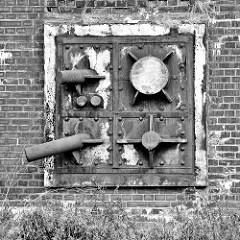 Verschlossene alte Rohre in der Kaimauer am Neuhöfer Kanal in Hamburg Wilhelmsburg - Anlage vom ehemaligen Kraftwerk Neuhof, das 1927 in Betrieb genommen und 1983 stillgelegt wurde.