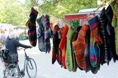 Wochenmarkt in Hamburg Volksdorf - Stand mit bunten gestrickten Socken / Strümpfen.