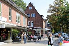 Einzelhäuser, Wohn- und Geschäftshäuser in der Straße Im Alten Dorfe in Hamburg Volksdorf.