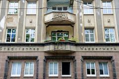 Wohnhaus in der Lindenstraße, Frankfurt/Oder - Reliefschrift Städtisches Wasserwerk, Balkons mit Themenreliefs zum Wasser.