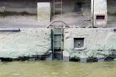 Fundament eines Lagerhauses am Moldauhafen in Hamburg Kleiner Grasbrook; eine Eisentreppe führt ins Wasser.