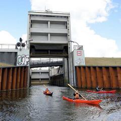 Das Schleusentor der Ernst-August-Schleuse in Hamburg Wilhelmsburg ist geöffnet - Paddler fahren in den Ernst-August-Kanal ein.