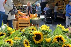 Wochenmarkt in Hamburg Volksdorf - Blumenstand mit Sonnenblumen, Gemüsestand.