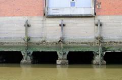 Fundament eines Lagerhauses am Moldauhafen in Hamburg Kleiner Grasbrook; Steichdalben aus Holz schützen die Betonpfeiler vor dem Rammen durch anlegende Schiffe.