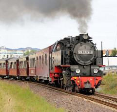 Die Bäderbahn MOLLI verlässt unter Dampf den Badeort Kühlungsborn - der Zug wird von der Lokomotive 99 2324-4 gezogen.