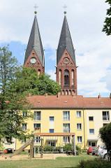Wohnblock, Kirchtürme der Friedenskirche von Frankfurt, Oder - die zweitürmige, 55 m hohe neugotische Westfassade wurde 1890 bis 1894 nach Entwürfen von Friedrich Adler erbaut.