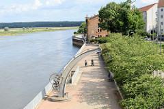 Blick von der Stadtbrücke in Frankfurt/Oder auf die Uferpromenade. Im Vordergrund der denkmalgeschützter  Drehkran, der um 1860  hergestellt wurde. Im Hintergrund der denkmalgeschützte Salzspeicher, der jetzt u.a. von einem Restaurant genutzt wird