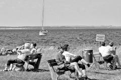 Hafenpromenade von Timmendorf - Insel Poel - Mecklenburg Vorpommern. Segelboot / Blick über die Wismarer Bucht.