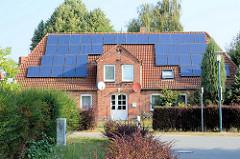 Altes Backsteingebäude mit Sonnenkollektoren auf dem Dach; Gollwitz / Insel Poel - Mecklenburg Vorpommern.