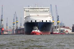 Der RoRo Frachter Atlantic Sun wird von Schleppern auf der Elbe vor Hamburg Steinwerder bugsiert.