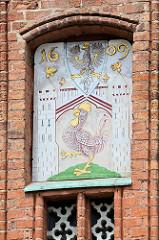 Abbildung des Stadtwappens von Frankfurt/Oder  an der Fassade vom Rathaus der Stadt; Roter Hahn im Torhaus / darüber ein Adler.