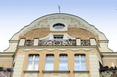 Jugendstilarchitektur in der Lindenstraße von Frankfurt/Oder - Giebel mit Jugendstil Balkongitter und Stuckelementen, denkmalgeschütztes Mietswohnhaus.