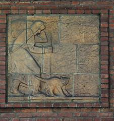 Keramikbild - alte Frau mit Bündel und Katze; Hausfassade in der Claus-Ferck-Straße von Hamburg Volksdorf - Bildhauer Richard Kuöhl.