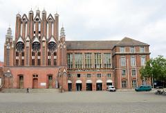 Rathaus Frankfurt (Oder), ab der Mitte des 13. Jahrhundert errichtet - um 1911 regotisiert; rechts die 1937 errichtete Eingangshalle. Das Rathausgebäude steht als herausragendes Kulturdenkmal der Stadt unter Denkmalschutz.