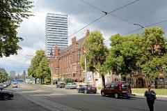 Blick in die Lindenstraße von Frankfurt (Oder); neogotische Architektur des ehem. Postgebäudes, errichtet 1902 nach Entwürfen des Architekten Freiherr zu Rechenberg - im Hintergrund das Bürohochhaus Oderturm.