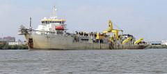 Das Baggerschiff James Cook arbeitet auf der Süderelbe / Köhlbrand im Hamburger Hafen.