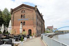 Historisches  Baudenkmal am Ufer der Oder in Frankfurt - alter Salzspeicher Backsteingebäude, das unter Denkmalschutz steht.