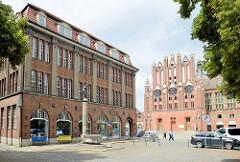 Haus 1 der Stadt- und Regionalbibliothek in Frankfurt / Oder - im Hintergrund die Fassade vom historischen Rathaus der Stadt.