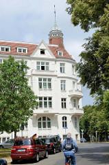 Mehrstöckiges Wohnhaus im Baustil der Gründerzeit mit Dachturm am Carthausplatz in Frankfurt/Oder.