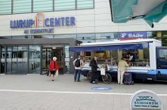 Eingang zum Lurup Center am Eckhoffplatz im Hamburger Stadtteil Lurup - Marktstand.