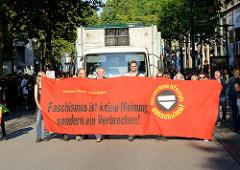 """Protestdemonstration gegen die rechtsgerichtete Kundgebung """"Merkel muss weg"""". Transparent Faschismus ist keine Meinung sondern ein Verbrechen."""