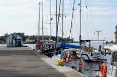 Sportboothafen / Marina von Ziegenort /  Trzebież - im Hintergrund eine Sportboottankstelle.