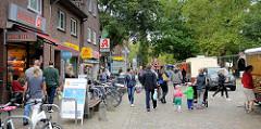 Wochenmarkt auf dem Saseler Marktplatz in Hamburg Sasel.