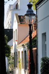 Ulmenstraße im Hamburger Stadtteil Winterhude - historische Laterne, Giebel eines alten Bleicherhauses.