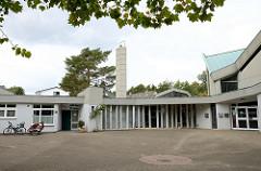 Gemeindezentrum der St. Jakobus Kirche im Hamburger Stadtteil Lurup, errichtet 1971 - Architekten Walter  Bunsmann, Jörn Rau und  Paul Gerhard Scharf. Das moderne Kirchengebäude in der Jevenstedter Straße ist ein Hamburger Kulturdenkmal und  steht un