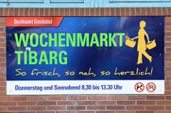Informationsschild vom Bezirksamt Eimsbüttel zum Wochenmarkt Tibarg in Hamburg Niendorf; er findet Donnerstag und Sonnabend statt.