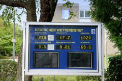 Anzeigetafel mit Wetterdaten vom Deutschen Wetterdienst im Frahmredder im Hamburger Stadtteil Sasel.