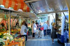 Marktstände vom Wochenmarkt im Hamburger Stadtteil Eidelstedt.