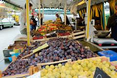 Wochenmarkt auf dem Marktplatz von Hamburg Langenhorn,  Marktstand mit  Obst und Gemüse.