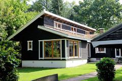 Wohnhaus der denkmalgeschützten Norwegersiedlung am  Ohlstedter Stieg im Hamburger Stadtteil Wohldorf-Ohlstedt; die Gebäude wurden in Blockhausbauweise aus norwegischen Montageteilen 1943/44 als Behelfsheime für hohe NSDAP-Funktionäre errichtet.