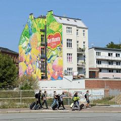 Wohnhaus bei der Amsinckstraße in Hamburg Hammerbrook - bunte Obstwerbung an de Hausfassade.