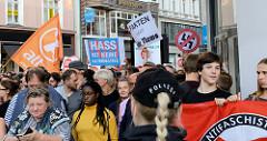 "Protestdemonstranten gegen die rechtsgerichtete Kundgebung ""Merkel muss weg"" am Hamburger Gänsemarkt."