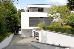 Moderne Architektur - kubische Villa im Hamburger Stadtteil Wohldorf-Ohlstedt.