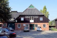 Ehemaliges landwirtschaftliches Gebäude / Scheune an der Hummelsbütteler Dorfstraße im Hamburger Stadtteil Hummelsbüttel - jetzt gewerbliche Nutzung.