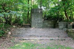 Klotzige Denkmalanlage für die Gefallenen des Ersten Weltkriegs 1914/18 im Hamburger Stadtteil  Wellingsbüttel; errichtet 1931.