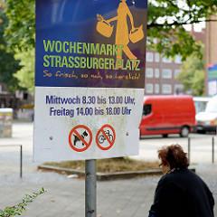 Hinweisschild für den Wochenmarkt Straßburger Platz im Hamburger Stadtteil Dulsberg.