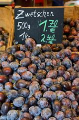 Wochenmarkt im Hamburger Stadtteil Neustadt - Marktstand mit Obst und Gemüse / Zwetschen.