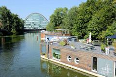 Blick von der Wendenbrücke auf das Hochwasserbassin in Hamburg Hammerbrook  - moderne, neue Hausboote am Viktoriakai - im Hintergrund das Bürogebäude Berliner Bogen.
