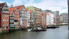 Blick von der Hohen Brücke auf das Nikolaifleet in der Hamburger Altstadt; historische Boote haben am Ponton hinter der Deichstraße festgemacht.