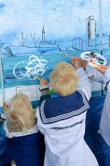 Hamburger malen an einem 8 m langen Panoramabild der Meeresmaler auf dem Elbefest in der Hamburger Hafen City /Sandtorhafen - Sandtorkai.