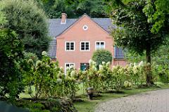 Denkmalgeschütztes Wohnhaus - Einfamilienhaus an der Diestelstraße im Hamburger Stadtteil Wohldorf-Ohlstedt; erbaut 1924, Architekt Hermann Schöne.