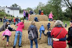 Kinderspielplatz auf Strohballen / Strohpyramide beim Kartoffelfest auf dem Gut Wulksfelde in Tangstedt, an der Grenze zu Hamburg Duvenstedt.