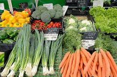 Marktstand mit Gemüse auf dem Wochenmarkt an der Borsteler Chaussee im Hamburger Stadtteil Groß Borstel.