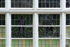 Fenster mit Bleiverglasung und Buntglasbildern im ehem. Rathaus von Hamburg Ohlstedt.