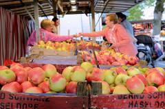 Wochenmarkt in Hamburg Langenhorn / Schmuggelstieg; Marktstand mit frischen Äpfeln in Holzkisten.